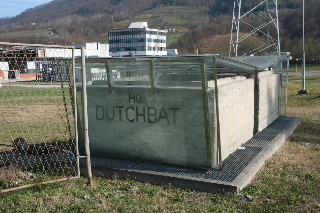 Vid ingången till FN-basen utanför Srebrenica finns vägspärrarna kvar som ett minnesmärke