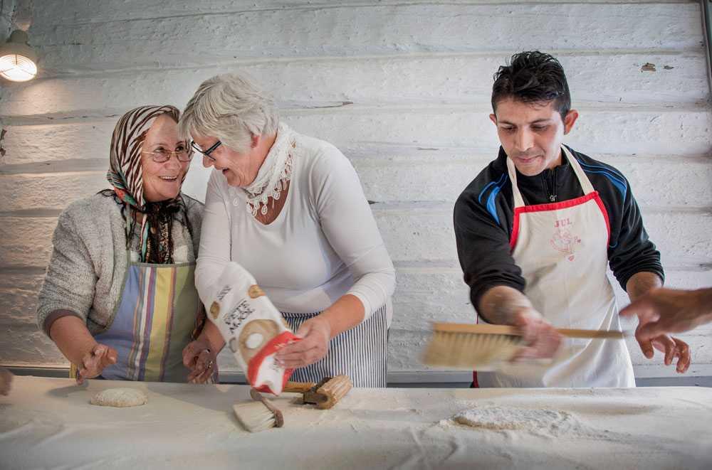 Aktivitetshelg i Nälden med internationell byfest på kvällen. Anita Nilsson skojar lite och lär samtidigt Qadir Zakery från Afghanistan att baka tunnbröd.