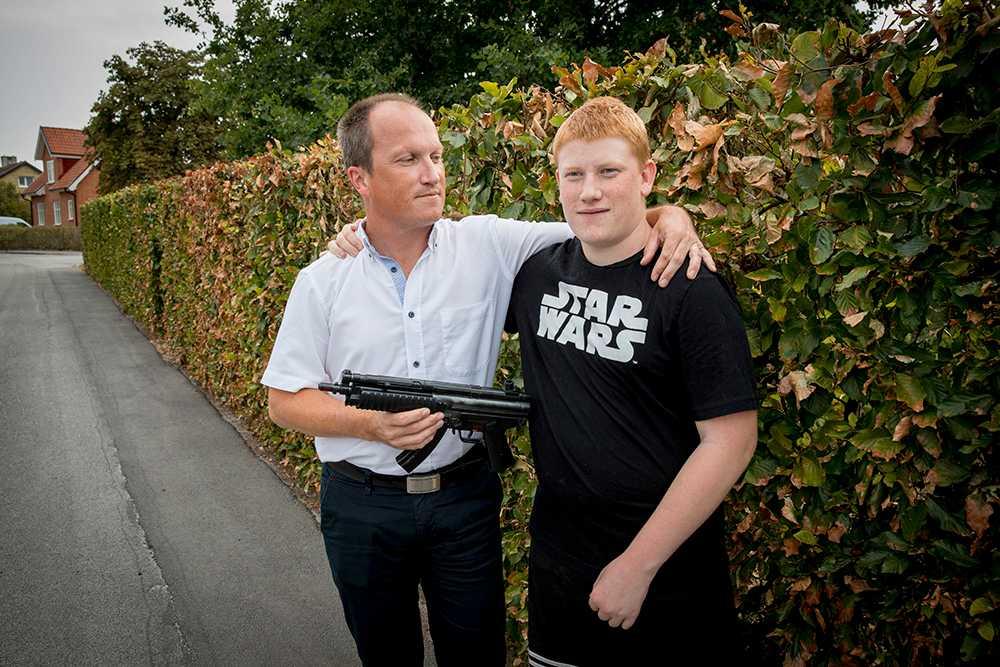 Autistiske Erik, 16, lekte med ett plastvapen – då bröt polisen armen på honom. Pappa Martin Näslund drar paralleller till dödsskjutningen av Erik Torell.
