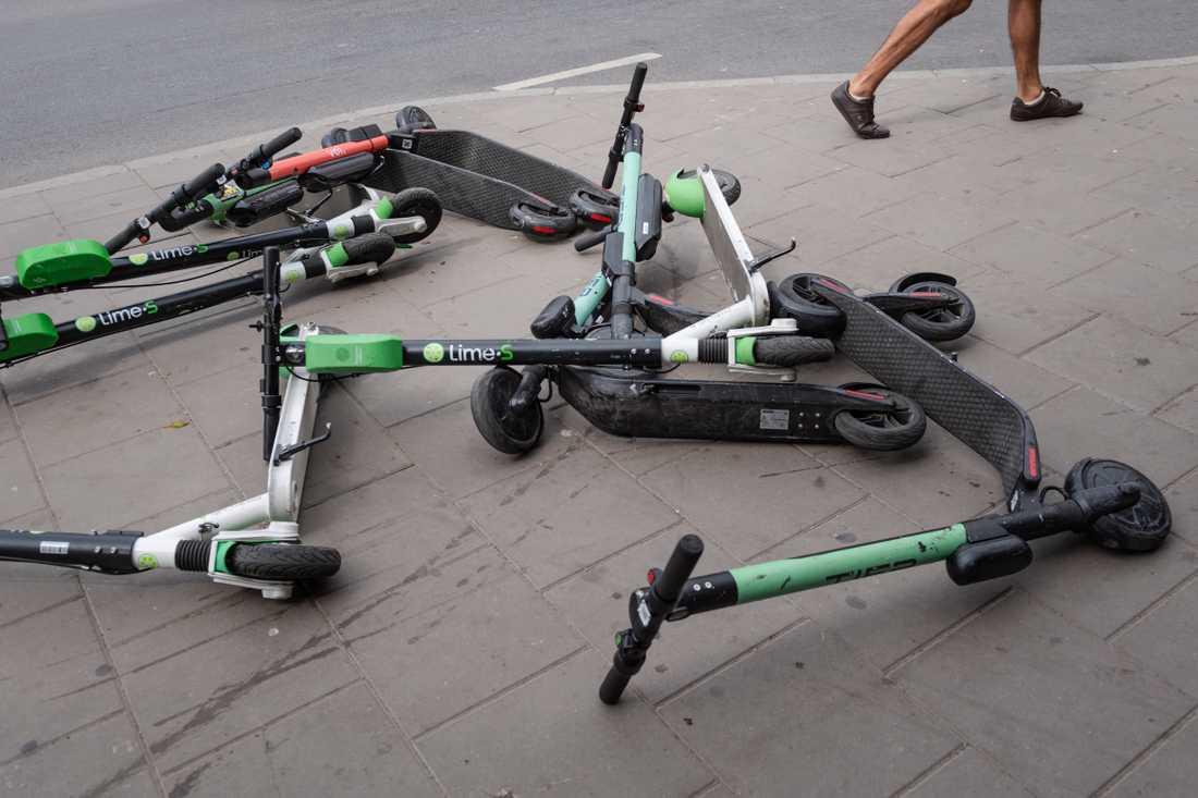 Elsparkcyklar på marken och som är vårdslöst parkerade utgör en säkerhetsrisk för synskadade, menar Synskadades riksförbund. Arkivbild.