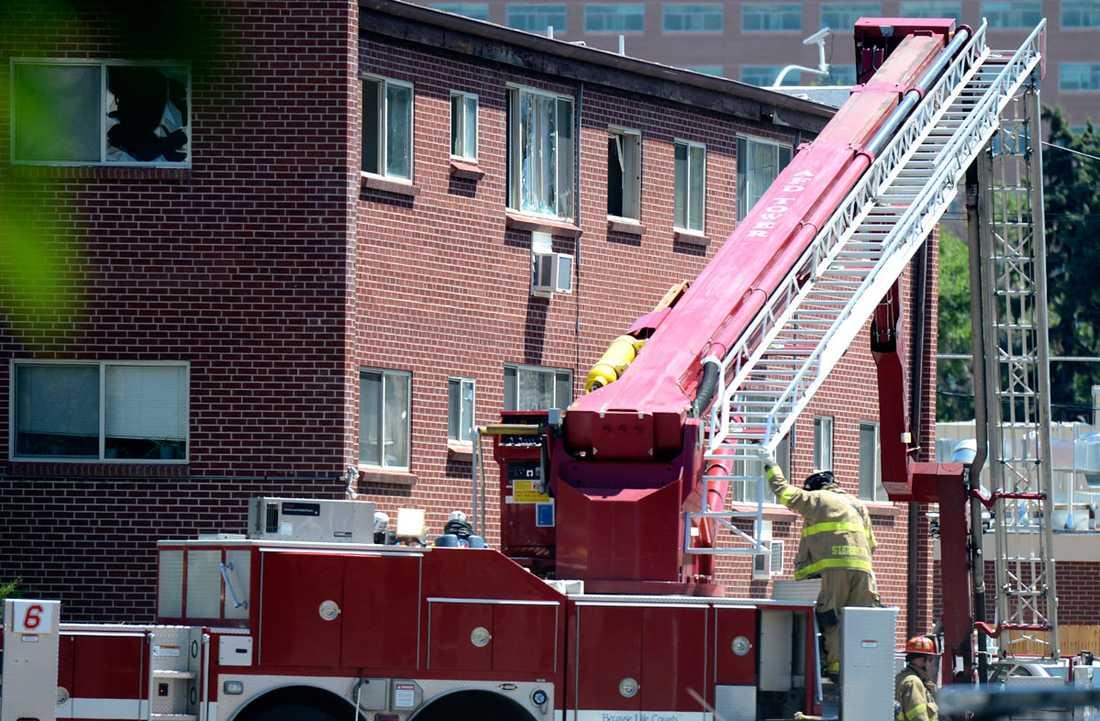Räddningsstyrkor på plats för att bistå polis utanför James Holmes lägenhet utanför Denver.