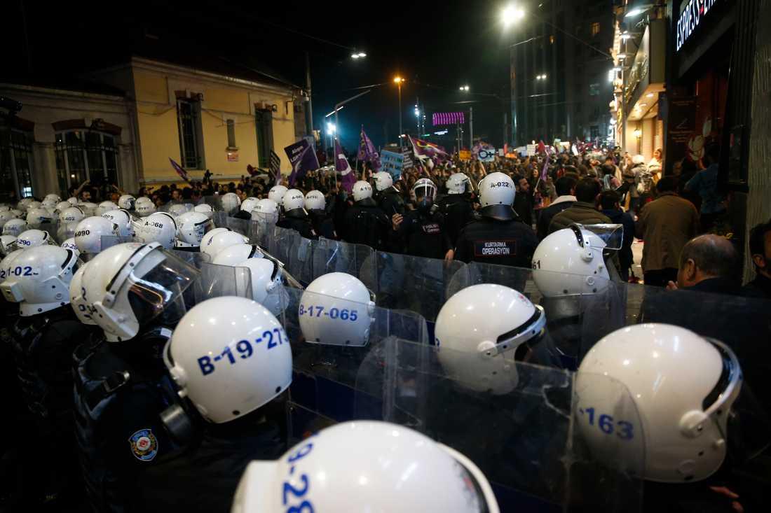 Polisen i Turkiet stoppar protestanter som vill marschera på Internationella kvinnodagen.