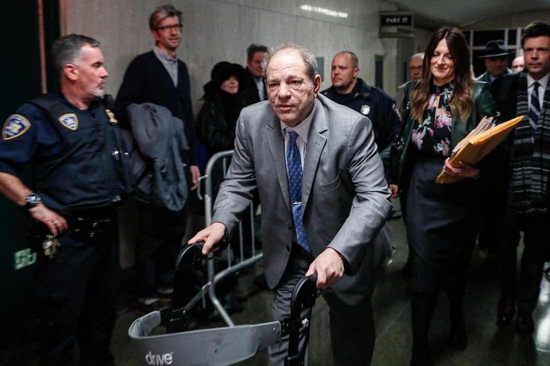 Harvey Weinstein lämnar rättssalen i New York. Efter den första dagens juryöverläggningar är utgången fortfarande oklar.