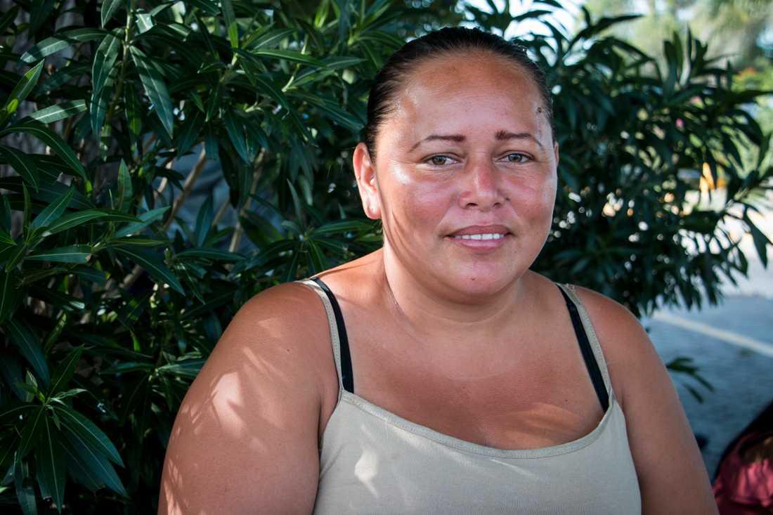 Xiomara Mejía Pineda är övertygad om att köerna är politiskt motiverade, vilket gör henne arg.