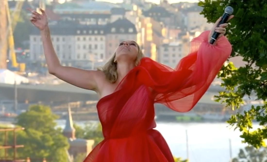 Sanna Nielsen chockade med ett Lotta Engberg-medley under premiären.