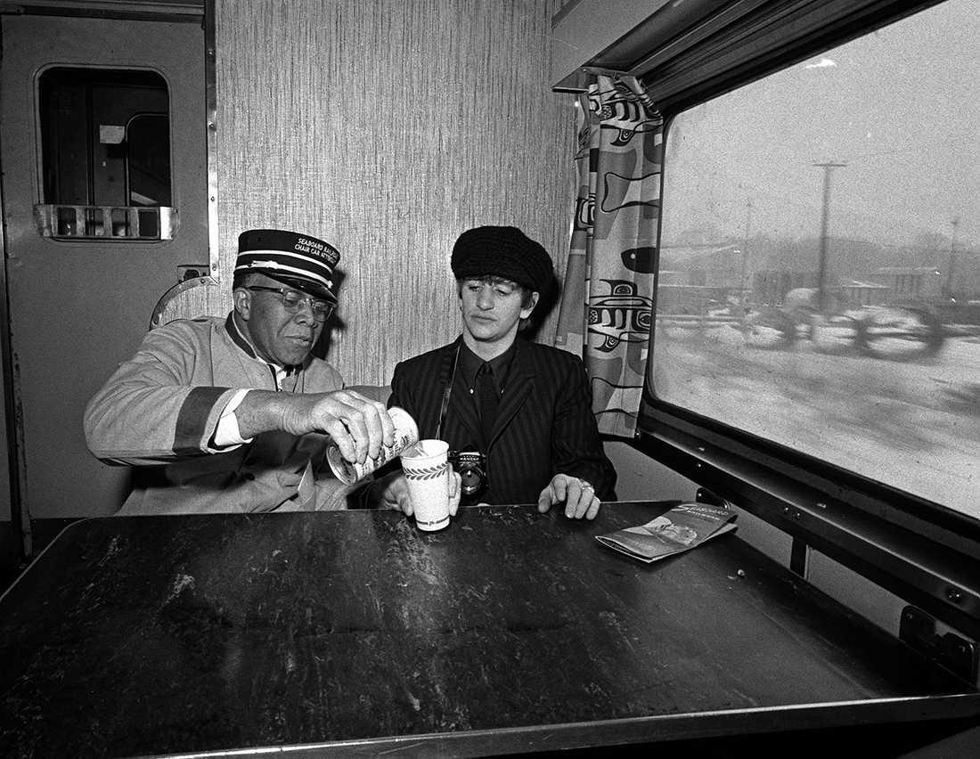 Ringo Starr får sig en drink av tågmannen John R Ragsdale under Beatles turné 1964. Naturligtvis på självaste spritexpressen.