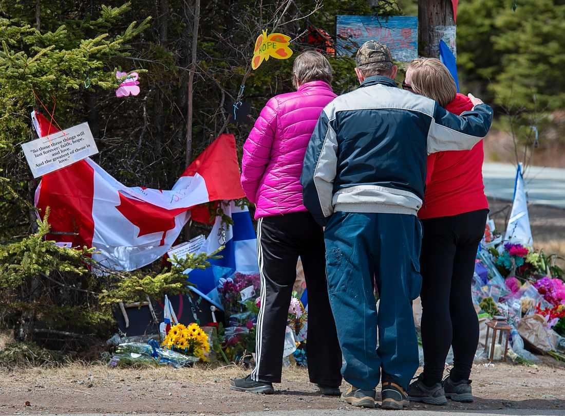 Masskjutningen i Nova Scotia i april var den dödligaste i Kanadas historia. På bilden sörjer en familj vid ett spontant minnesmärke.