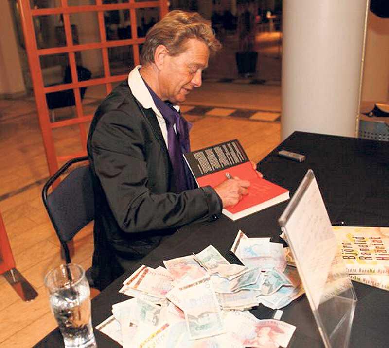 """sedelhög När Björn Ranelid sålde böcker efter en föreläsning i Linköping bildades, enligt Leif GW Persson, """"en ansenlig sedelhög"""". Professorn säger att det kan handla om ett bokförings- och skattebrott. """"Alla vet att Ranelid vill sälja sina egna böcker. Varför vill han det? Det är ett jävla besvär om du ska göra det korrekt."""""""