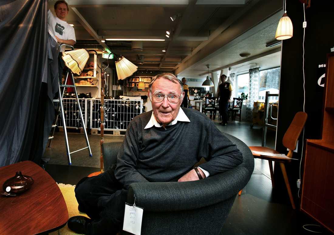 Ingvar Kamprad, Senior advisor och grundare av möbelvaruhuset IKEA. På första IKEA varuhuset i Älmhult. Här sitter Ingvar i sin favoritfåtölj från 50-talet, i den lilla specialhörnan med äldre möbler inför 50-års jubileet.