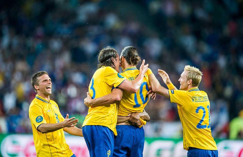 Anders Svensson jublar tillsammans med landslagspolarna under segermatchen mot Frankrike i fotbolls-VM 2012.
