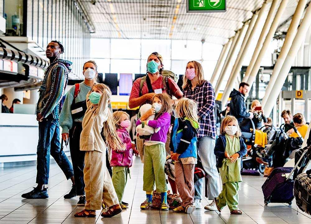 Familjen Holmqvist fångades på bild på Schiphol flygplats i Amaterdam innan de ska borda planet hem till Sverige. De hade sovit en natt på flygplatshotellet.