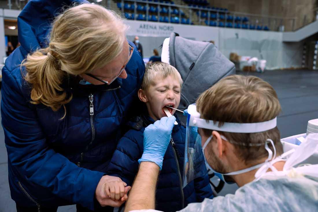 En pojke provtas för det nya coronaviruset i danska Fredrikshamn.