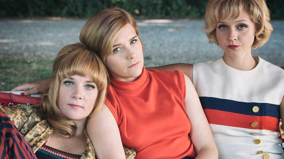"""""""Systrar 1968"""". Lottie (Maja rung), Karin (Mikaela Knapp) och Ingela (Anna Åström)."""