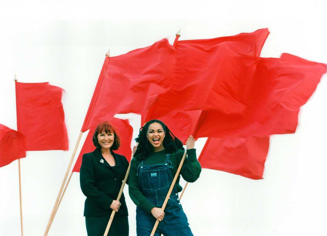 Kim Anderzon och Camilla Henemark med röda fanor. De Första Maj talade 1996.