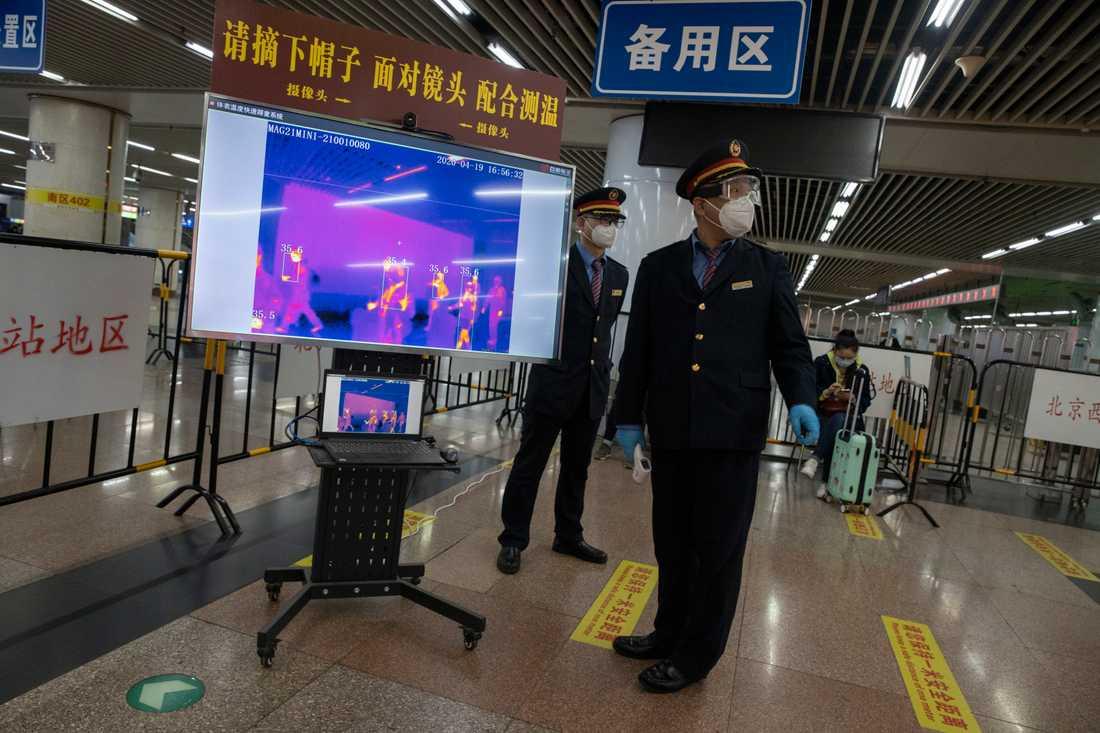 Personal på en järnvägsstation i Peking. Arkivbild.