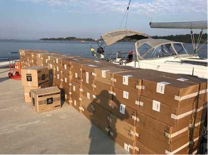 En segelbåt utanför Nynäshamn togs med 1,6 miljoner smuggelcigaretter i bagaget.