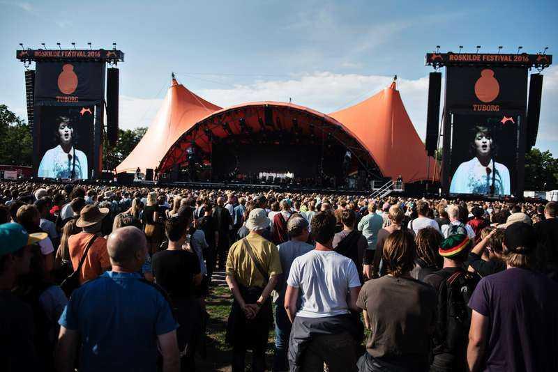 MER ÄN EN HASHTAG Roskildefestivalens huvudscen, med sin orange färg, har blivit en symbol för både stämningen bland publiken och festivalens filosofi - lyfta politiska frågor och donera all vinst till välgörenhet.