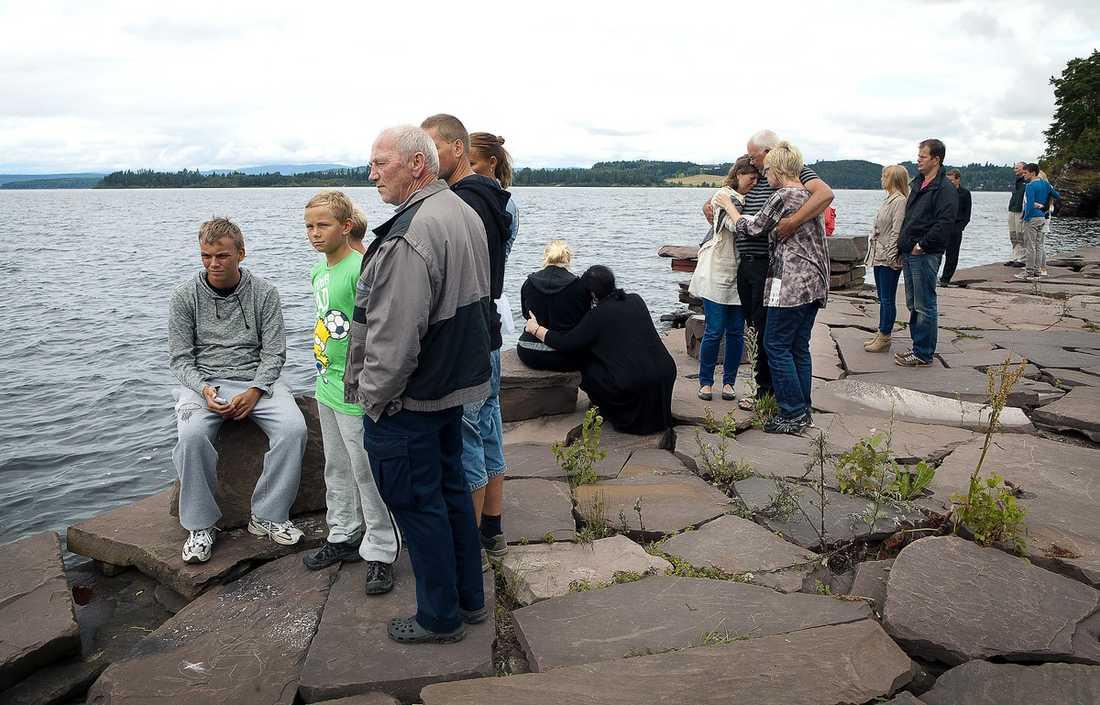 UTVIKA, 12.00  Hit till piren i Utvika kom många av de överlevande efter massakern på Utøya. I går höll anhöriga en tyst minut vid vattnet.
