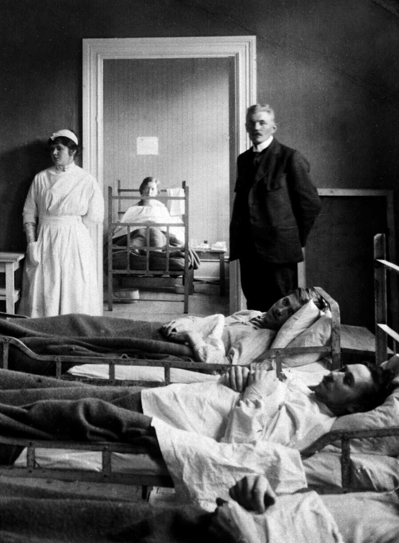 Sjukstugan i Sveg under spanska sjukan. Doktorns namn är Egerström.