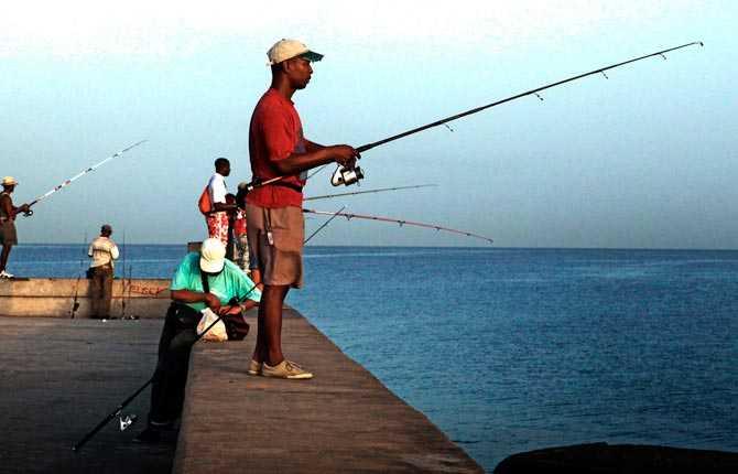 """""""De heta nätterna utan ordentlig luftkonditionering hindrade mig från att få en riktig natts sömn. Denna morgon klev jag upp tidigt och gav mig ut. På strandpromenaden Malecón mötte jag fiskarna som väntade på att håva in dagens fångst."""""""