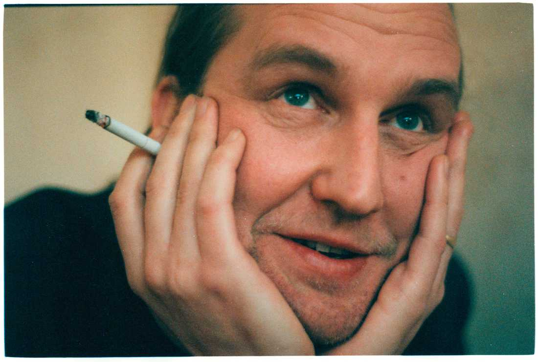 """Att röka ökar den biologiska ålder med 2,3 år jämfört med om man inte röker. Artisten Per Jonsson, """"Plura"""", är en av dem som röker."""