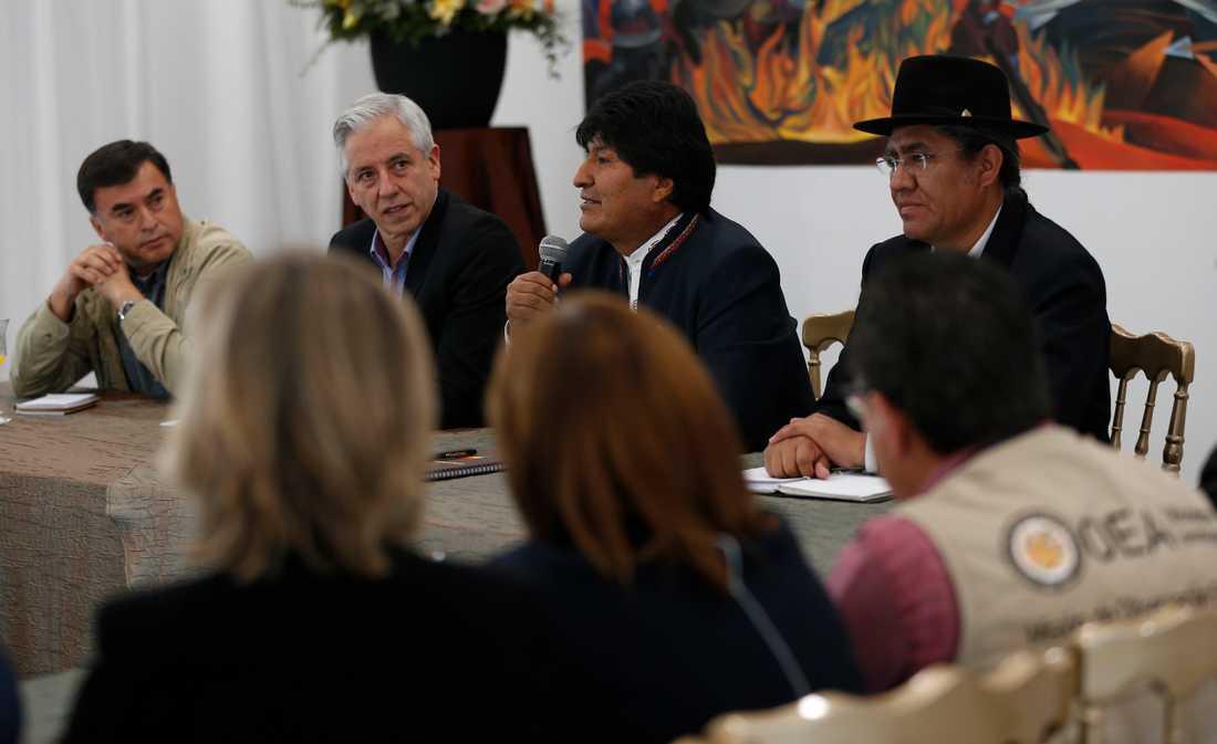 Juan Ramón Quintana, längst till vänster under ett framträdande med Bolivias dåvarande president Evo Morales i oktober.