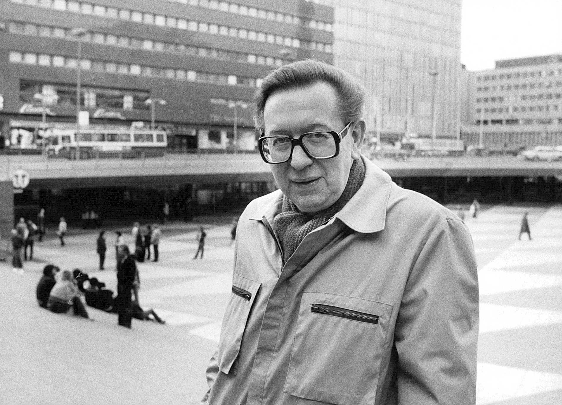 """Nils Bejerot på """"plattan"""" – Sergels torg – i Stockholm 1980. Läkaren och debattören spelade en stor roll i att forma den svenska narkotikapolitiken som nu skördar liv."""