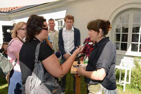 Redo att regera Miljöpartiets språkrör Åsa Romson tycker att partiet har goda möjligheter att ingå i en regering efter valet. Här intervjuas hon av Aftonbladets Anette Holmqvist.