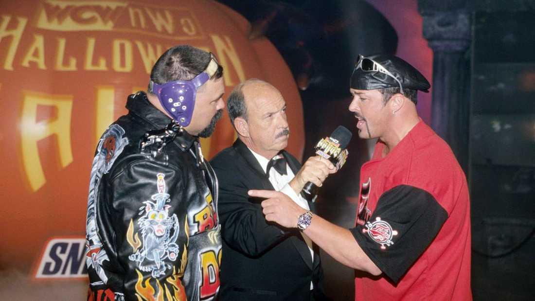 Gene Okerlund (i mitten) har intervjuat många av wrestlingvärldens största genom åren.
