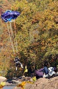 SEKUNDEN INNAN KRASCHEN Fallskärmen började öppna sig först när det bara var sju meter kvar till vattnet. Basehopparen Brian Lee Schubert, 66, skadades svårt och avled senare.