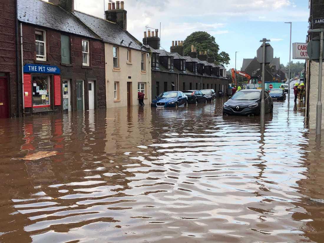Översvämningar under onsdagen i Stonehaven, den stad utanför vilken ett passagerartåg spårat ur under morgonen.