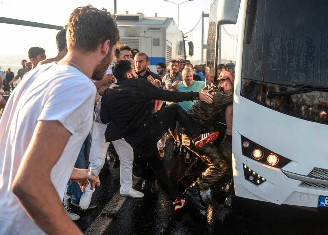 En man attackerar en turkisk soldat som deltog i kuppförsöket.