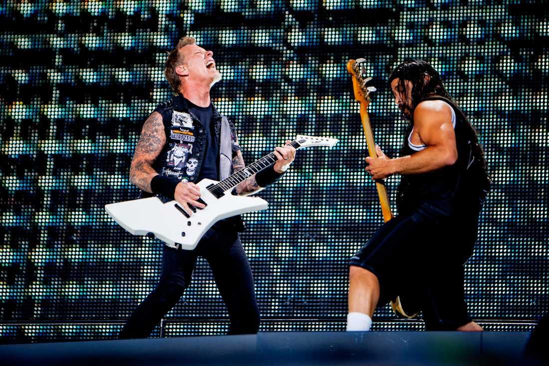 METALDUELL James Hetfield och Robert Trujillo visar en äkta passion när de spelar igenom sin albumklassiker från 1991 – även om det ibland låter slarvigt.