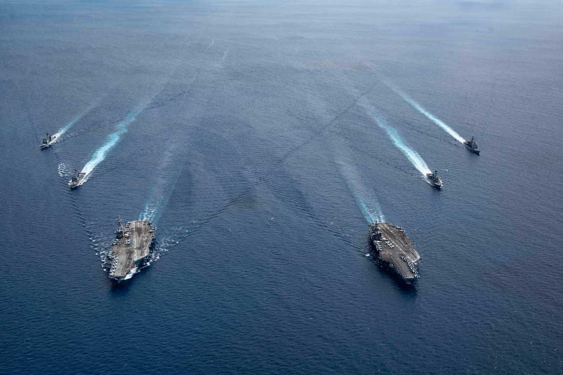 De två amerikanska hangarfartygen USS Ronald Reagan och USS Nimitz i Sydkinesiska havet med sina eskortfartyg förra veckan.