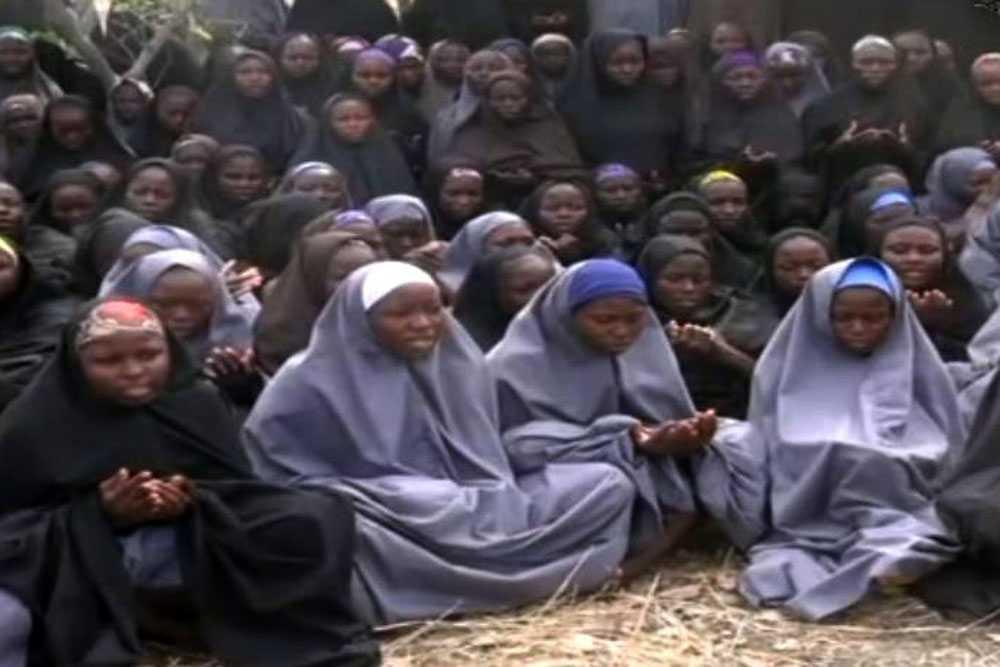 Skolflickorna är klädda i hijab och ber.