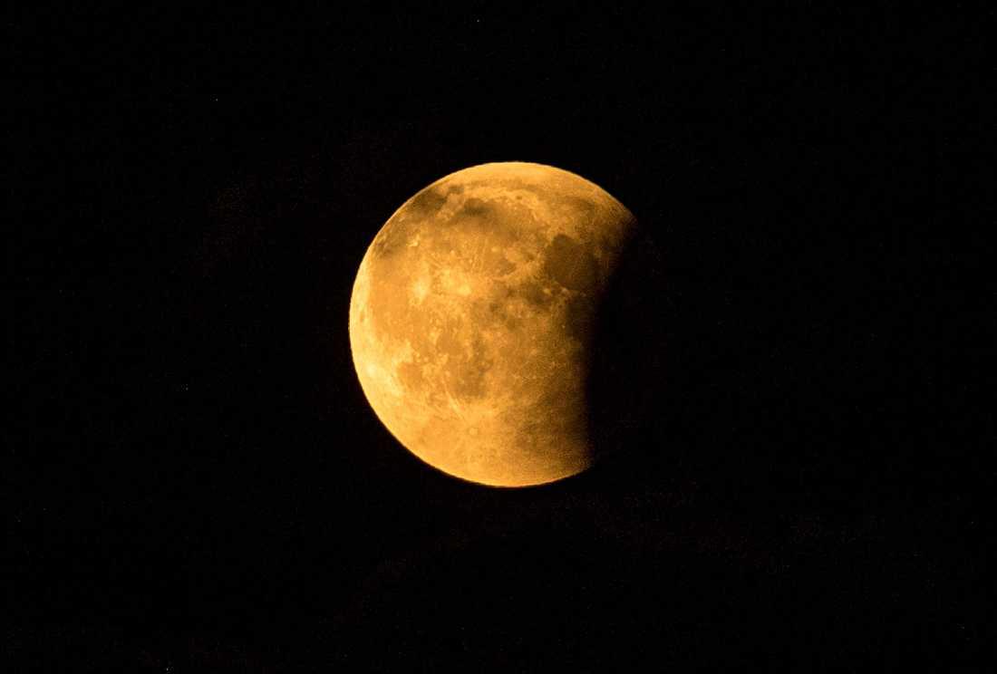 Månen under en partiell månförmörkelse.