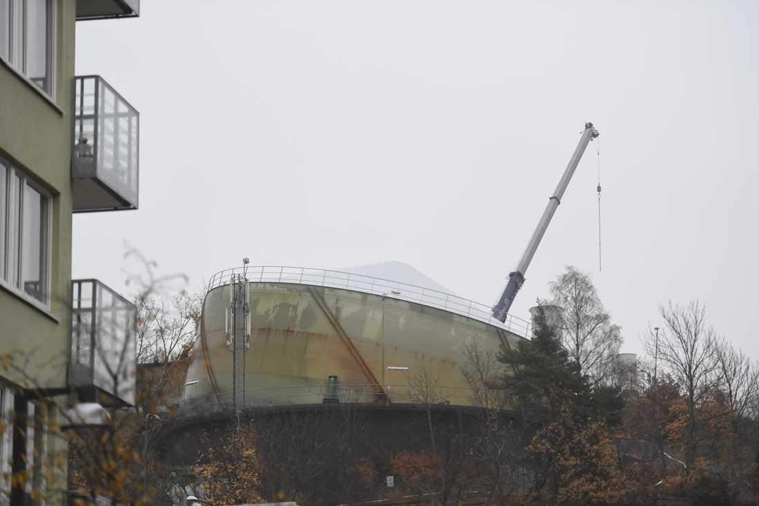 Gasklockan i Henriksdal lutar efter en miss i renoveringsarbetet.