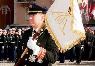Albert med furstendömets flagga.