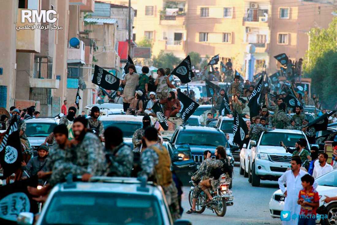 En bild publicerad av IS föreställande segerfirande i al-Raqqa i Syrien 2014.