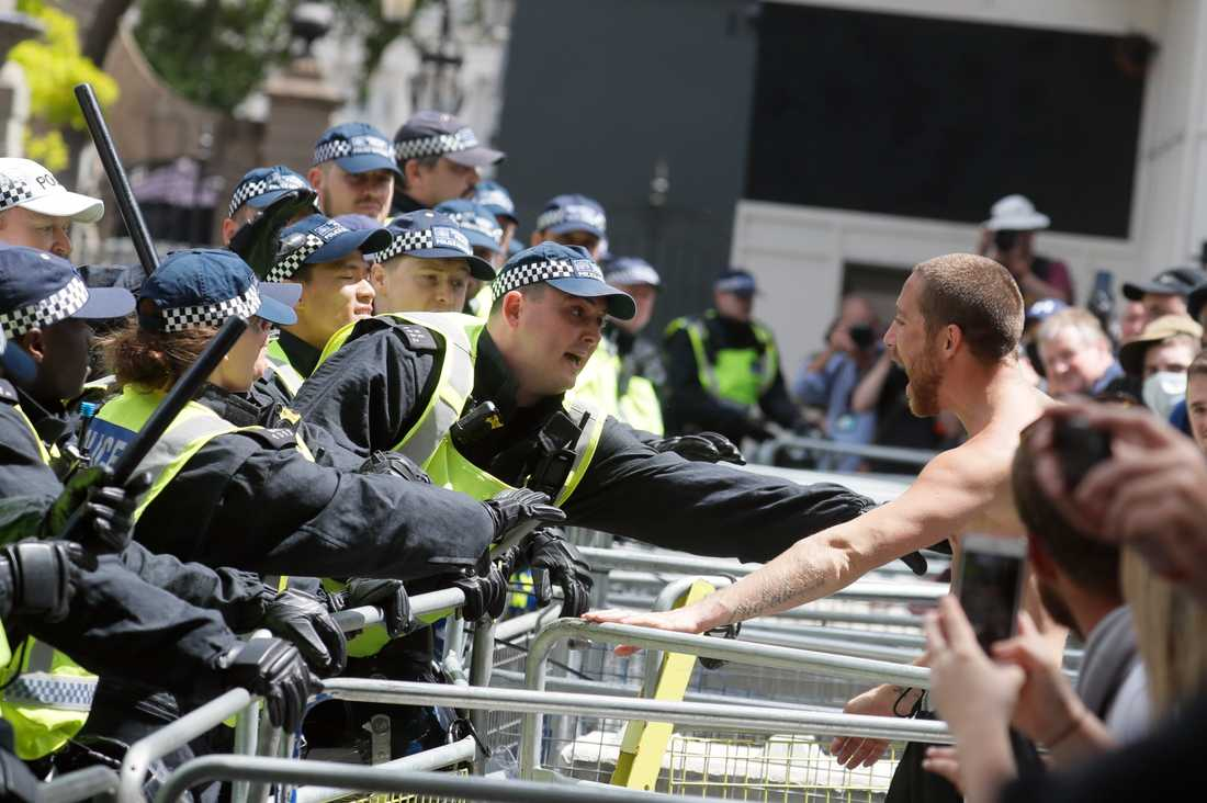Demonstranter som föresatt sig att skydda monument i bråk med polisen i London.