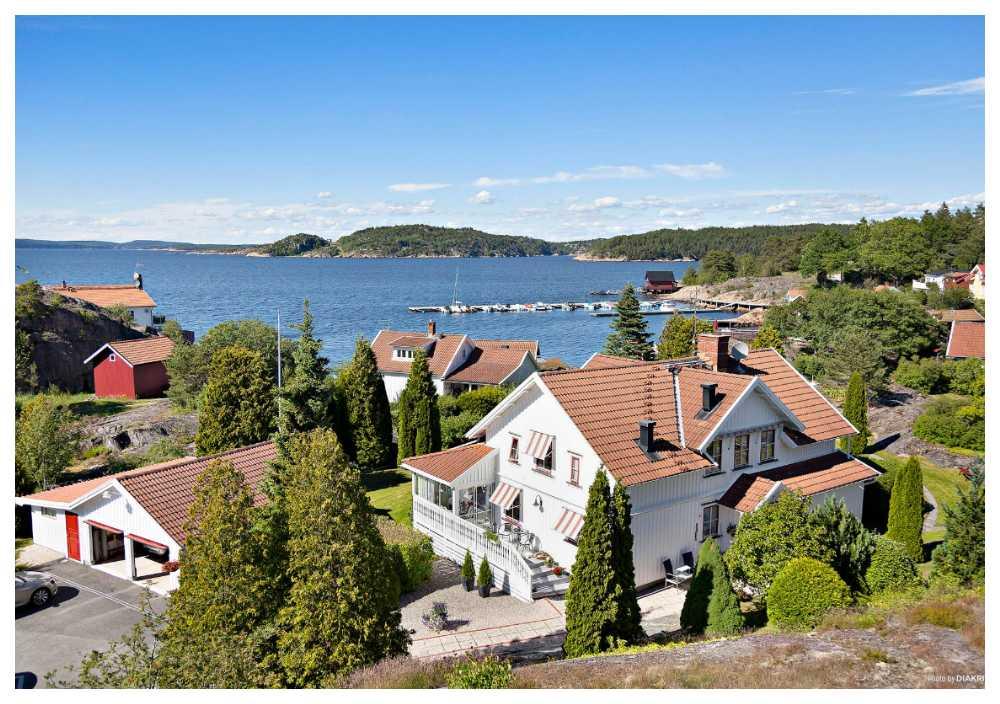 Den stora sjötomten i Strömstad har både sjöbod och brygga.