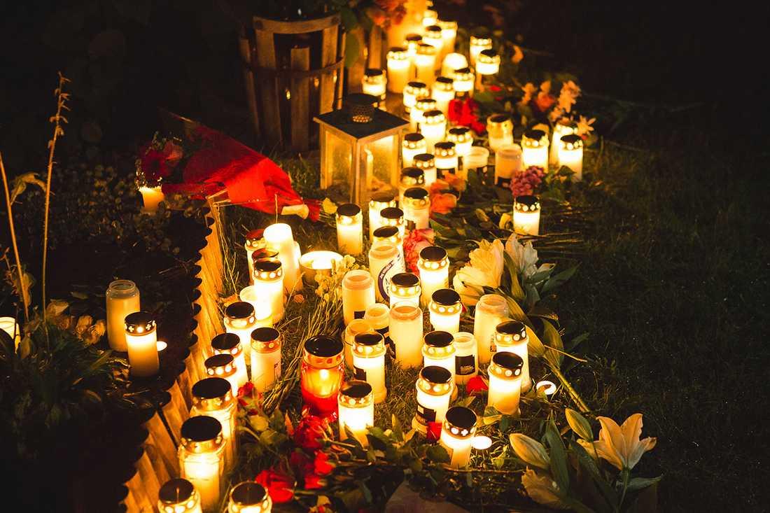 Mängder av ljus och blommor har lagts ner utanför Jens bostad.