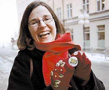 krossa myten Det är dags att krossa myten att akademisk utbildning är en garanti för jobb, säger Anna Ekström, Sacos första kvinnliga ordförande. Här visar hon upp sitt stöd för för lika lön mellan könen.