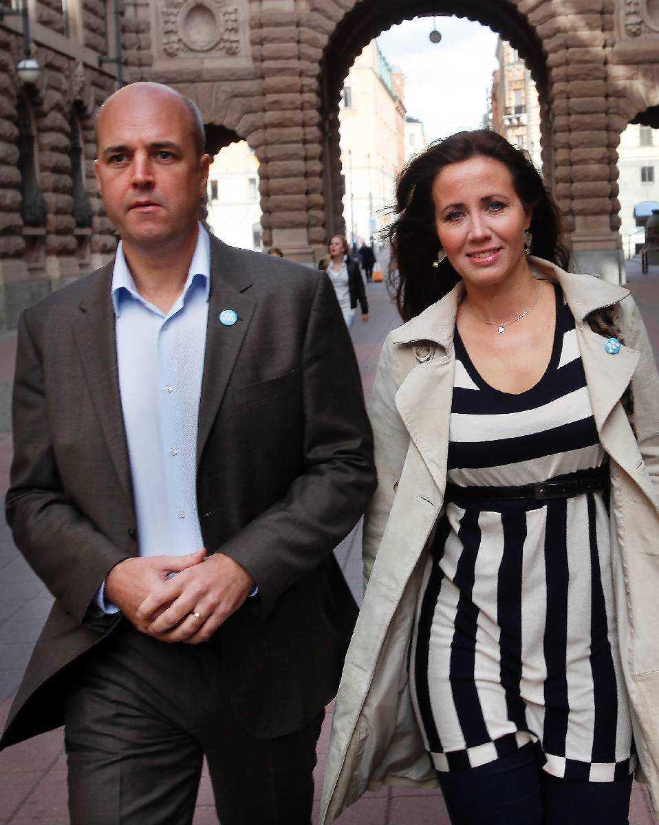 """""""Något måste ha hänt"""" Så här är vi vana att se Fredrik och Filippa Reinfeldt – sida vid sida. Men i går klockan 21.46 meddelade paret att de flyttar isär. Människor i deras närhet blev chockade över beskedet. """"Jag förstår ingenting"""", säger en vän till Aftonbladet."""