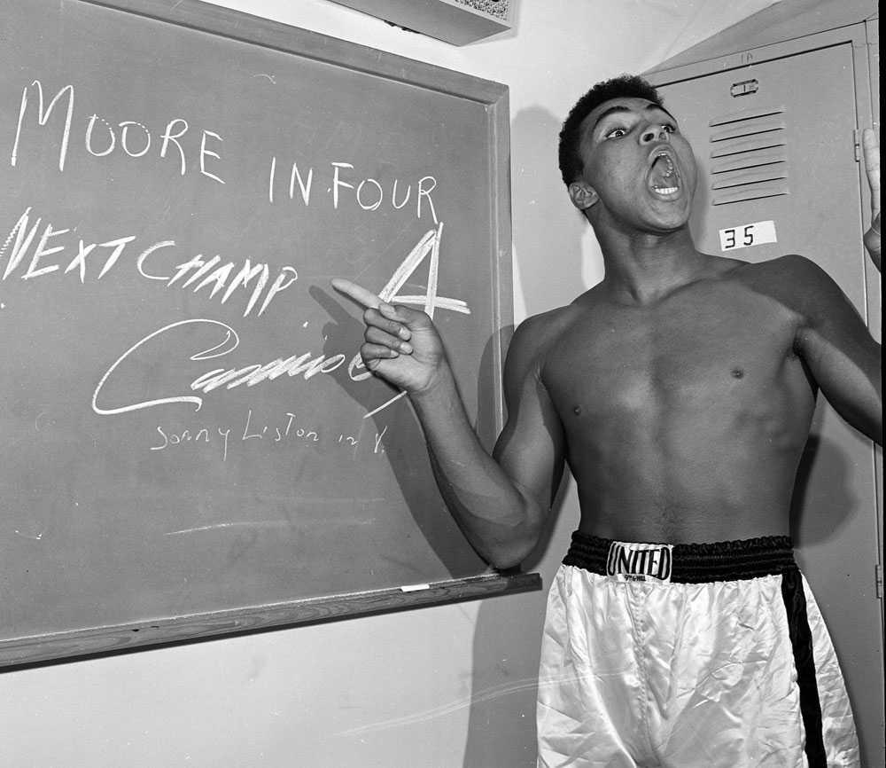 MOORE IN FOUR En ung Cassius Clay lovar seger i fjärde ronden mot Archie Moore i Los Angeles 1962. Jo, Clay fick rätt.