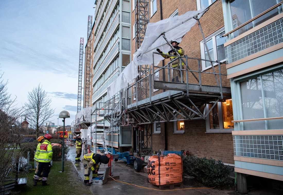 Räddningstjänsten på plats för att säkra upp en byggnadsställning på Annebergsgatan i Malmö på lördagen.