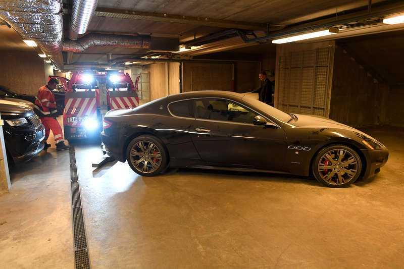 Här beslagtar kronofogden toppmannens Maserati.