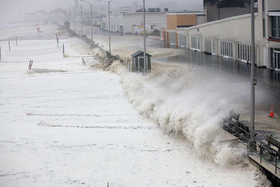 Asbury Park, New Jersey: Enorma vågor rullar in mot stranden och strandpromenaden.