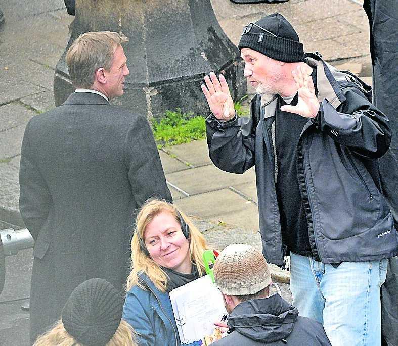 Regissören David Fincher visar Daniel Craig hur han ska agera ...
