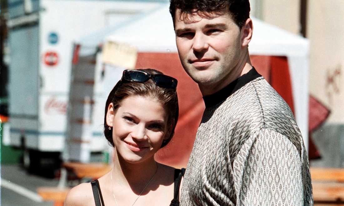 Jagr poserar med en gammal flickvän vid namn Andrea i augusti 2000.